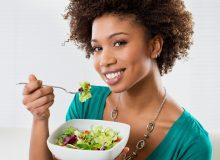 Alimentation et santé des cheveux crépus : les bons réflexes